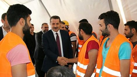Bakan inşaat işçisiyle tokalaşıyor
