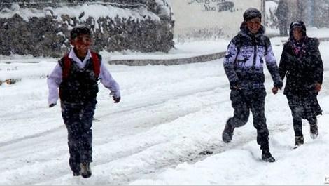 Ardahan'da karda oynayan çocuklar