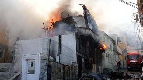 bursa'da yanan ahşap ev