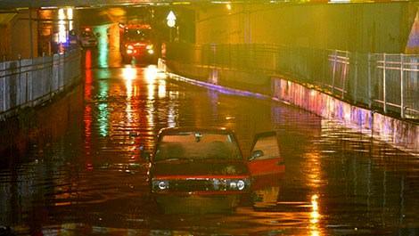 Bayrampaşa'da alt geçidi su bastı