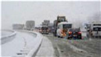 Kar yağışı sonrası yollar trafiğe kapandı!