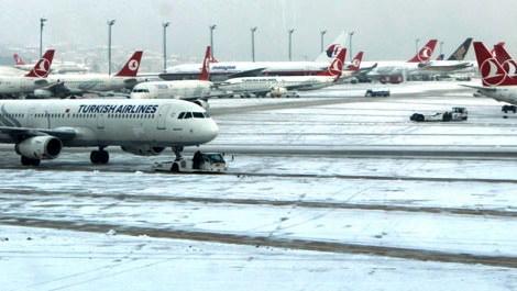 Kar, İstanbul'da uçuşları iptal ettirdi!
