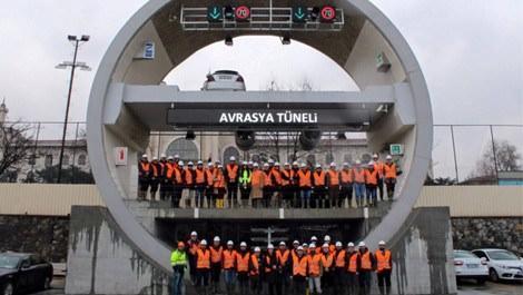 Avrasya Tüneli'nin önünde poz veren ekip
