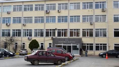 Resmi bina, hükümet konağı, bina önü araçlar