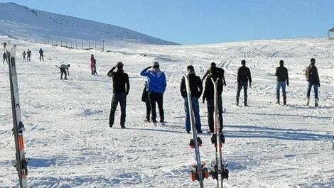Karacadağ Kayak Merkezi'nde kayan insanlar