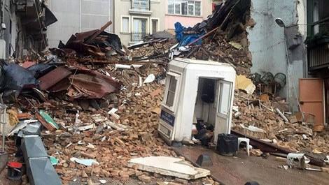 Taksim'de iki bina çöktü