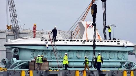 Turistik denizaltı Antalya'ya vinçle indirildi
