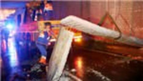 Topkapı'daki alt geçidin beton bloğu yola devrildi