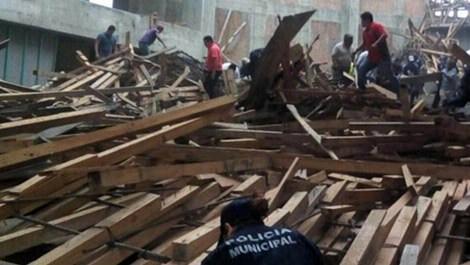 Meksika'da inşaat iskelesi çöktü