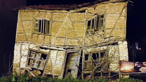 Sakarya'daki eski ev taş atılarak yıkıldı