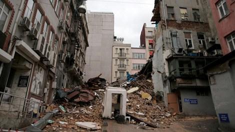 Beyoğlu'nda çöken bina