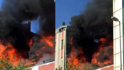 Beyoğlu'ndaki kafenin çatısında yangın çıktı