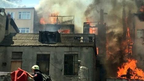 Tarihi semt Fatih'te yangın paniği
