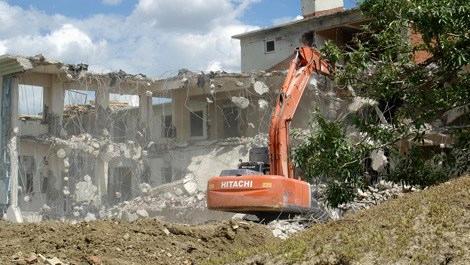 Yüksekova'da ağır hasarlı binaların yıkımına başlandı