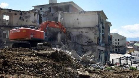 Yüksekova'daki hasar gören okulların yıkımına devam ediliyor