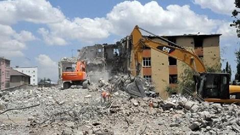 Yüksekova'da binaların enkazları kaldırılıyor