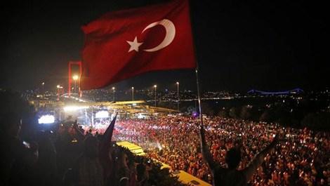 Binlerce kişi darbeye karşı Boğaziçi Köprüsü'nde toplandı!