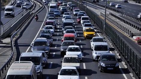 trafikte kalmış arabalar