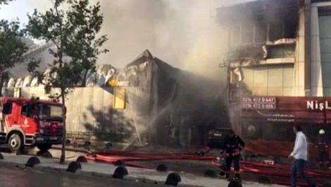 Ataşehir'de inşaat malzemelerinin olduğu depo yandı!
