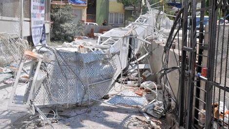 İzmir'de inşaat iskelesi çöktü