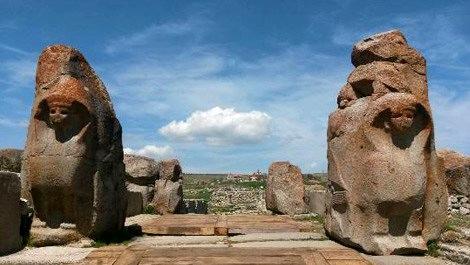 Alacahöyük'te 2 bin 300 yıllık gizli geçit bulundu