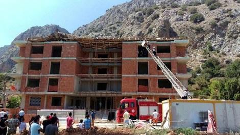 Antalya'da inşaatın çatısı çöktü!