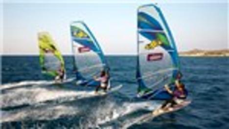 Adrenalin tutkunları, rüzgar sörfü için 'Alaçatı' diyor