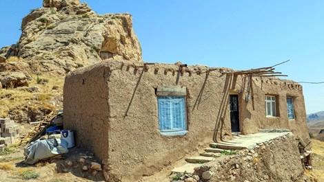 Asırlık kerpiç evler zamana direniyor