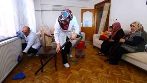 Bağcılar Belediyesi yaşlıların evlerinde bayram temizliği yapıyor