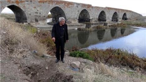 Define avcıları 381 yıllık köprüyü oydu