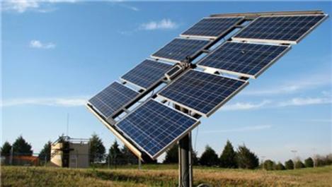 Güneş enerjisiyle elektrikli cihazlarını çalıştırıyor