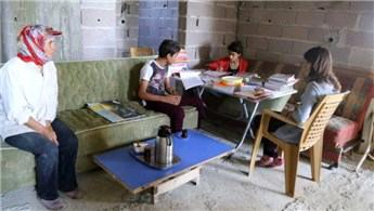 İnşaatta yaşayan aileye prefabrik ev yaptırıldı