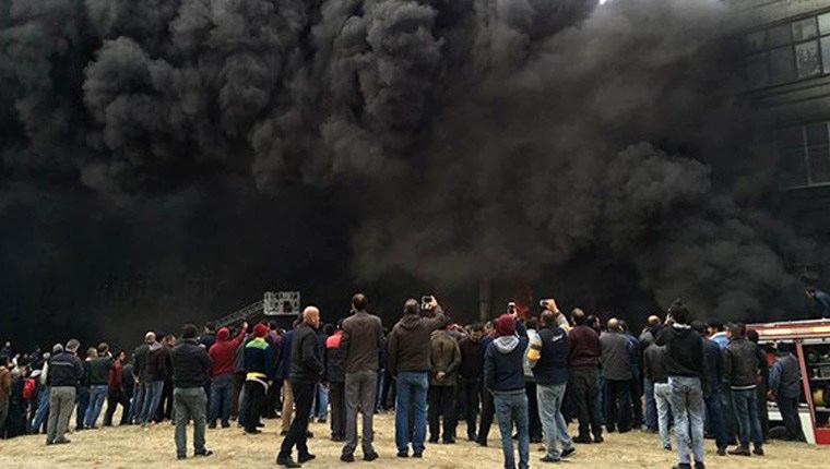 Bayrampaşa'da plastik fabrikası yanıyor!