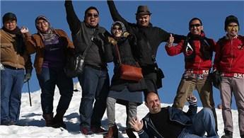 Uludağ'a gelen turistler için suni kar püskürtülüyor