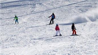 Elazığ'daki göl manzaralı kayak merkezine yoğun ilgi