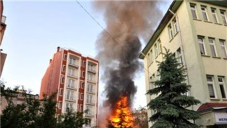 Yenikapı'da 4 katlı ahşap bina yandı!
