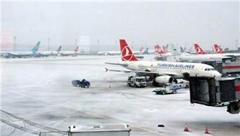 Atatürk Havalimanı'ndaki uçuşlara kar engeli