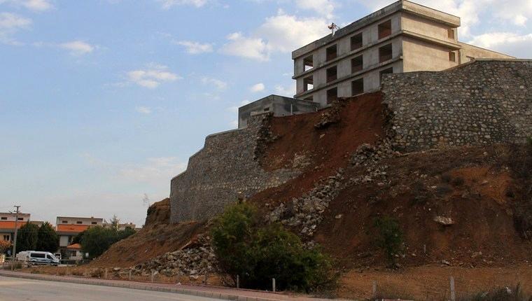 Adana'da istinat duvarı yıkıldı!