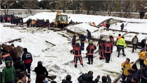 Kar biriken tente, cemaatin üzerine çöktü