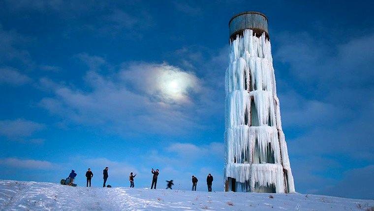 Van'da su deposu, buz kulesine dönüştü!