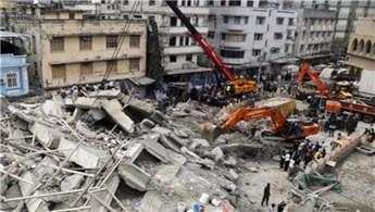 Hindistan'da 6 katlı bina çöktü