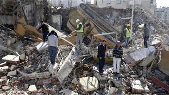 Antalya'da yıkım yapan iş makinesi devrildi