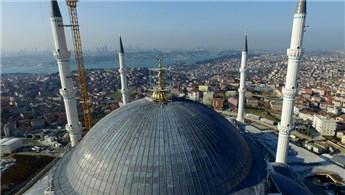 Çamlıca Camisi'nin 4,5 tonluk alemi yerine yerleştirildi!