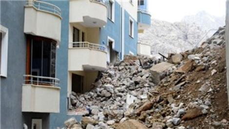 İstinat duvarı çöken binada 4 daire zarar gördü