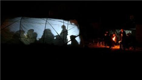 Adıyaman'da depremzedeler geceyi çadırda geçirdi