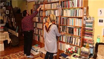 Öğretim üyesi 40 bin kitabını iki katlı evinde saklıyor