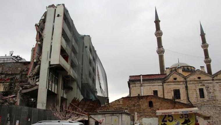 Sivas'taki Vakıflar İş Hanı'nın bir kısmı yıkıldı