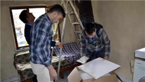 Öğrenciler harçlıklarıyla zor durumdaki ailenin evini boyadı!