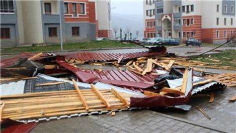 Çatılar şiddetli rüzgara dayanamadı