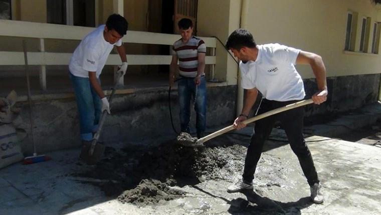 AKÜ öğrencileri köy okulunun tamir, tadilat ve boyasını yaptı